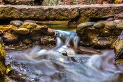 在小河的急流 亚龙湾热带天堂森林公园 免版税库存图片