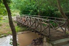 在小河的木桥 免版税库存图片