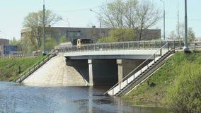 去在小河的桥梁的汽车在晴天 股票录像