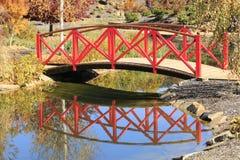 在小河的桥梁 免版税图库摄影