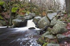 在小河的流动的瀑布 库存照片