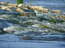 在小河的流程 库存照片