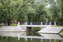 在小河的石桥梁 库存照片