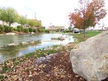 在小河的秋天叶子 免版税库存照片