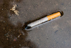 在小河的香烟 图库摄影