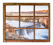 在小河的水坝在科罗拉多山麓小丘窗口视图 库存图片