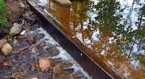 在小河的水坝 库存照片