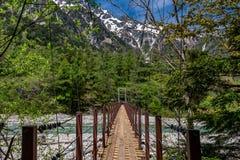 在小河的Kamikochi桥梁 图库摄影