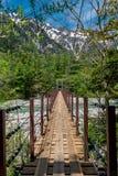 在小河的Kamikochi桥梁 免版税库存照片