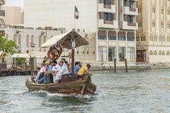 在小河迪拜的轮渡 库存图片