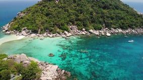 在小海岛附近的小船 马达漂浮在镇静蓝色海的下潜小船在独特的小小岛附近和白色有关 股票视频