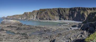 在小海湾的岩石岸 库存照片