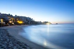在小海湾的波浪在黎明 免版税库存照片