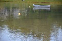 在小海湾的简单的小船在夏天在缅因 图库摄影