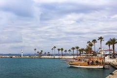 在小港口的海景边的在土耳其 免版税库存照片