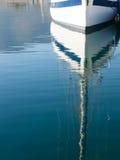 在小游艇船坞乘快艇反射在水中 免版税图库摄影