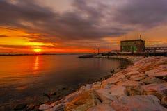 在小游艇船坞二马萨的日落 免版税库存照片