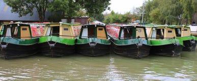 在小游艇船坞停泊的几narrowboats 免版税库存图片