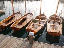 在小游艇船坞停泊的四条小船 免版税库存图片