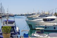 在小游艇船坞停泊的游艇在戛纳 库存照片