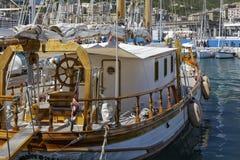 在小游艇船坞停泊的豪华游艇 库存图片