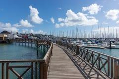 在小游艇船坞卢比孔河小船港口的木桥Playa布朗卡的 兰萨罗特岛 库存图片