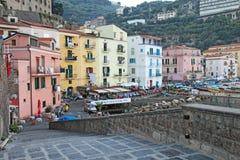 在小游艇船坞口岸的大厦重创在索伦托, dus的意大利 免版税库存图片
