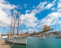 在小游艇船坞口岸Vell的高帆船在巴塞罗那,西班牙 免版税库存照片