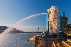 在小游艇船坞海湾前面的Merlion喷泉铺沙旅馆 免版税库存照片