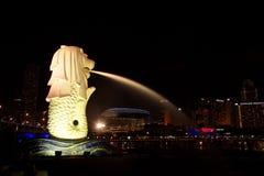 在小游艇船坞海湾新加坡sentosa的Merlion 库存照片
