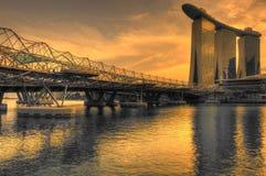 在小游艇船坞海湾沙子和螺旋桥梁的黄昏 库存照片
