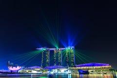 在小游艇船坞海湾沙子在夜场面,新加坡的激光 免版税库存图片