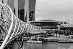 在小游艇船坞海湾沙子的现代螺旋桥梁,新加坡 库存照片