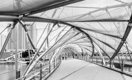 在小游艇船坞海湾沙子的现代螺旋桥梁,新加坡 免版税库存图片