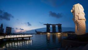 在小游艇船坞海湾沙子的Merlion在新加坡市,时间 影视素材