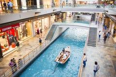 在小游艇船坞海湾沙子,新加坡2015年10月11日的商店:水运河 免版税库存照片