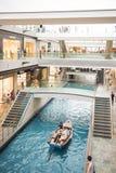 在小游艇船坞海湾沙子,新加坡2015年10月11日的商店:水运河 图库摄影