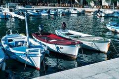 在小游艇船坞海湾的三条小船刺穿 库存图片