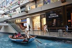 在小游艇船坞海湾的商城在新加坡铺沙手段 库存图片