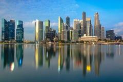 在小游艇船坞海湾的新加坡中心 免版税库存图片