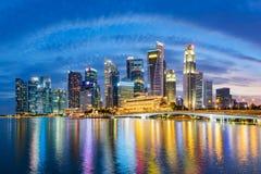 在小游艇船坞海湾的新加坡财政区地平线在暮色时间 免版税图库摄影