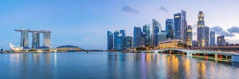 在小游艇船坞海湾的新加坡财政区地平线在暮色时间 免版税库存图片