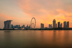在小游艇船坞海湾的日落在新加坡 聚会所 免版税库存图片