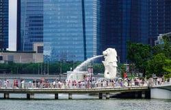 在小游艇船坞海湾的Merlion在新加坡 图库摄影