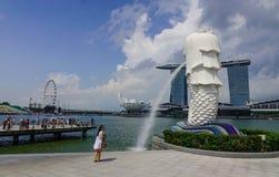 在小游艇船坞海湾的Merlion在新加坡 免版税库存照片