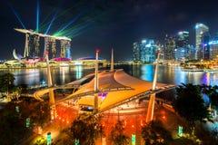 在小游艇船坞海湾,新加坡附近的都市风景,在晚上 免版税库存图片