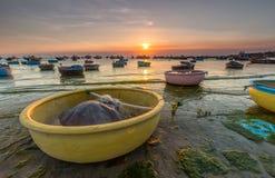 在小游艇船坞渔村箩的日落 库存图片