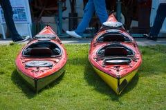 在小游艇船坞炫耀小船、皮船和独木舟 免版税库存图片