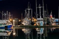 在小游艇船坞的小船在晚上在Steveston,不列颠哥伦比亚省 图库摄影