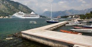 在小游艇船坞的小船海湾的 游轮在背景中 免版税库存图片